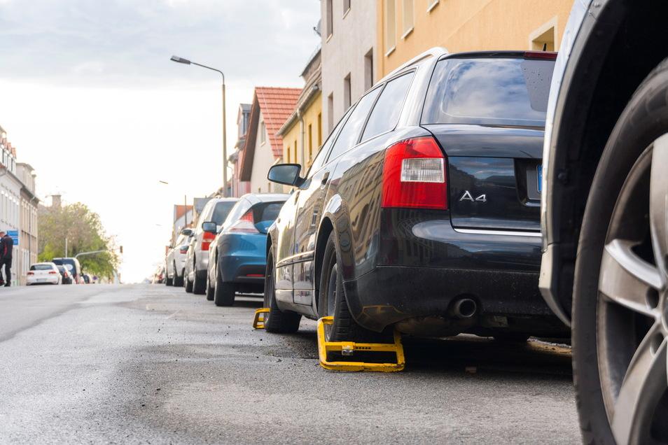 Die Goethestraße gehört zu Riesas viel befahrenen Verkehrswegen. Der schwarze Kombi mit den gelben Parkkrallen auf der Fahrerseite könnte deshalb vielen Autofahrern bekannt vorkommen.