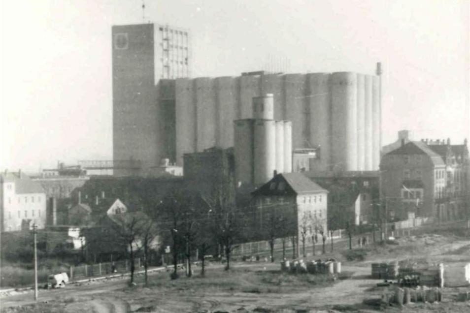 So sah die Bahnhofstraße 1976/77 aus. Da wurde gerade Platz für den Bau der Hochhäuser gemacht, wie eine Aufnahme aus dem Bestand des Museums Riesa zeigt.