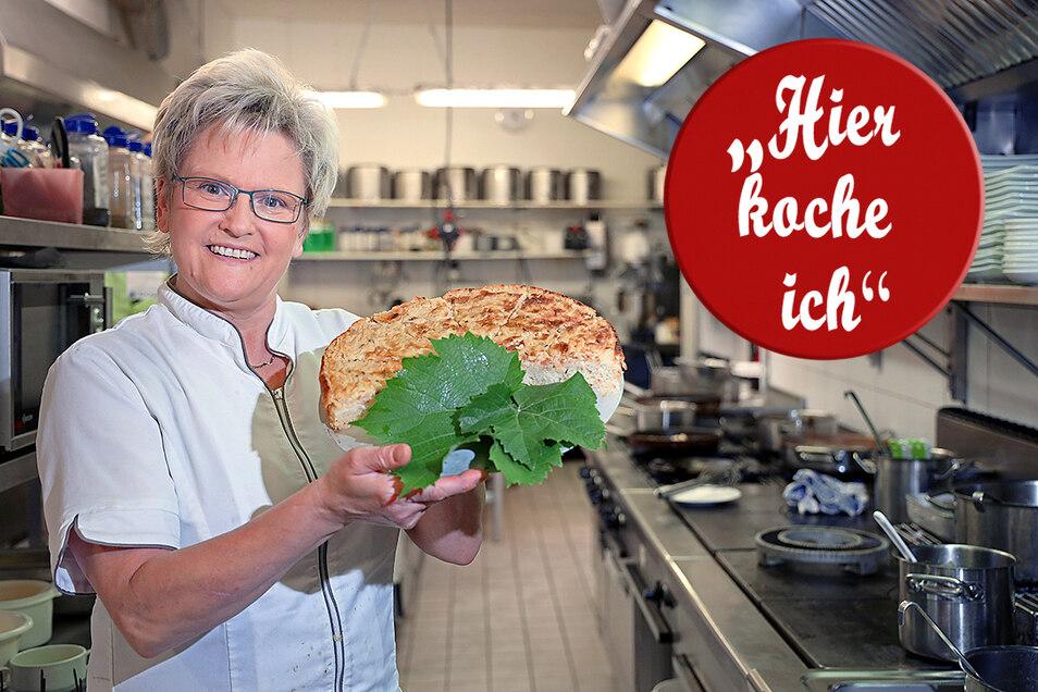 """Gabriele Dörner vom Landgasthof und Hotel """"Zum Roß"""" präsentiert ihren frisch gebackenen Zwiebelkuchen."""