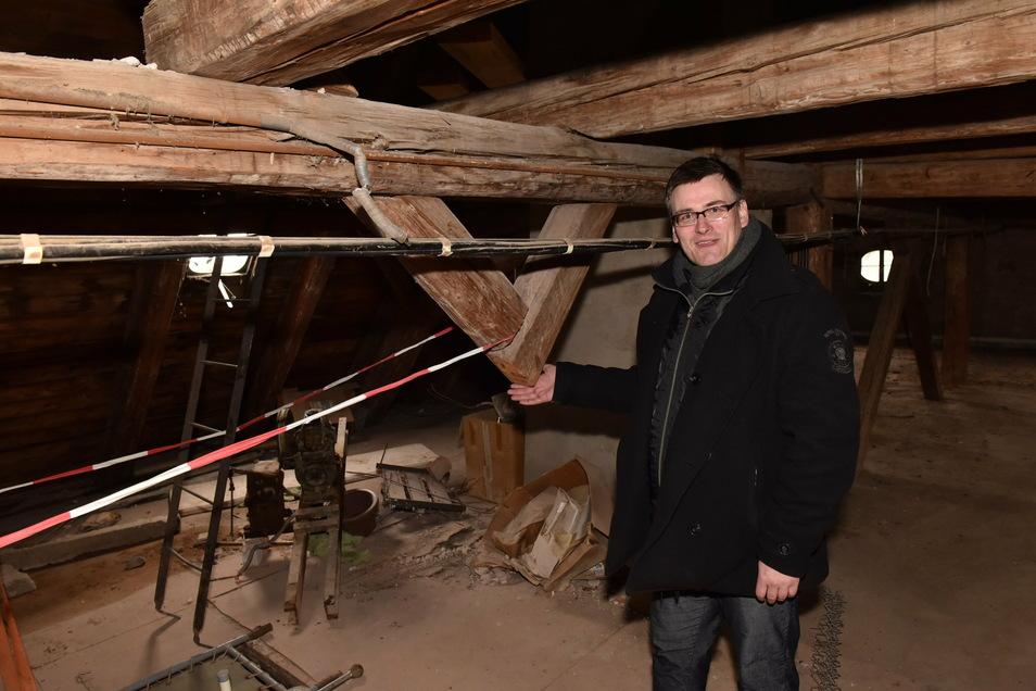 Konstantin Hermann, der Besitzer von Schloss Naundorf, steht hier unter dem Dach, wo der Dachstuhl beschädigt ist, weil einzelne Sparren fehlen.