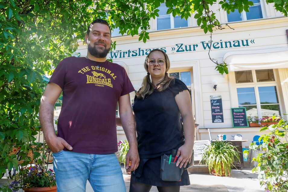 """Maik Bollmann, Chef vom Wirtshaus """"Zur Weinau"""", und seine Mitarbeiterin Nicole Günther bedienten am Wochenende die Gäste im hauseigenen Biergarten."""