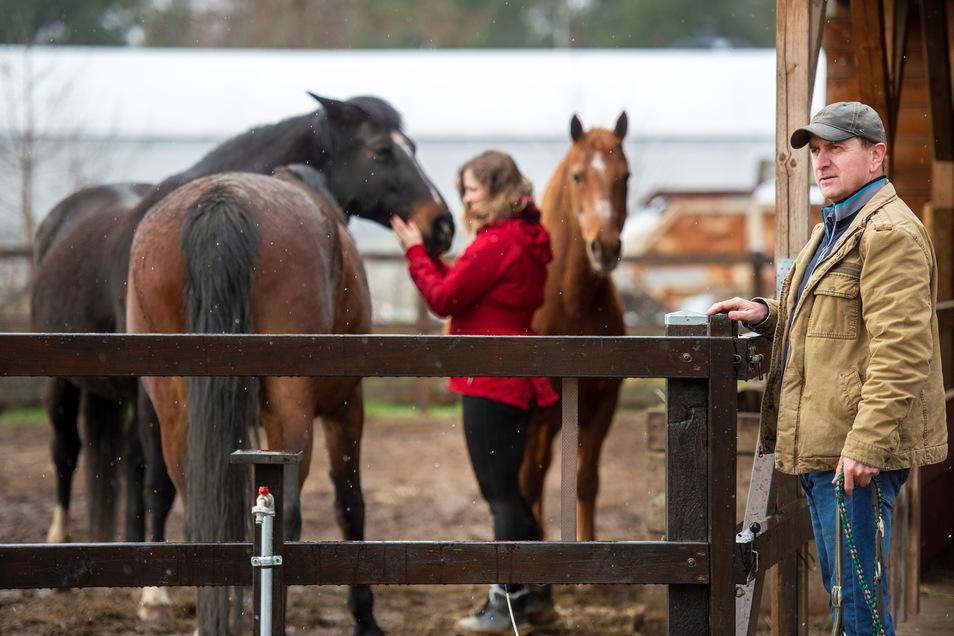 Thomas Siwon zählt mit seiner Pferdekoppel am Mistschänkenweg zu den Tierhaltern im Außenbereich, denen es der Gemeinderat Weinböhla mit seinem jüngsten Beschluss künftig erleichtern will, Unterstände, Sattelkammern oder Zäune für Ross und Reiter
