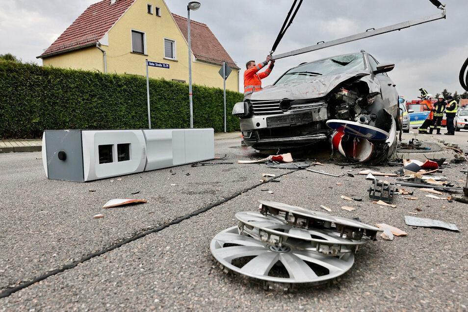 Diese Blitzersäule (l.) wurde von dem VW gefällt.