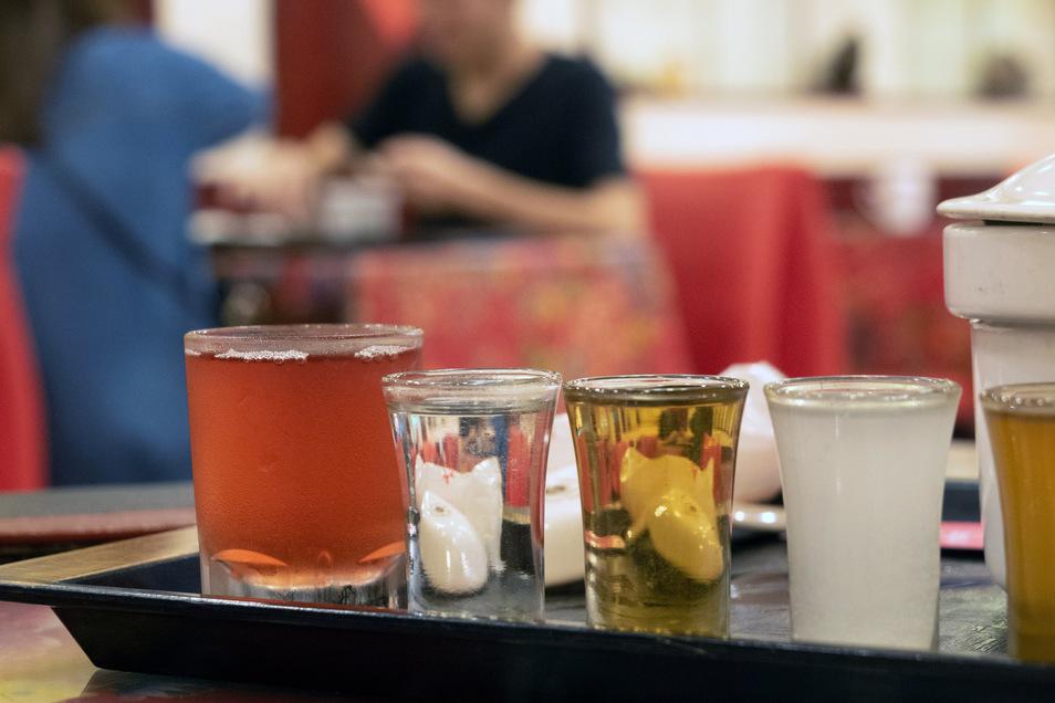 Die rote Flüssigkeit ist Schlangenblut mit Honig: Diese Drinks gehören zum Schlangenmenü auf dem Huaxi Street Tourist Night Market in Taipei.