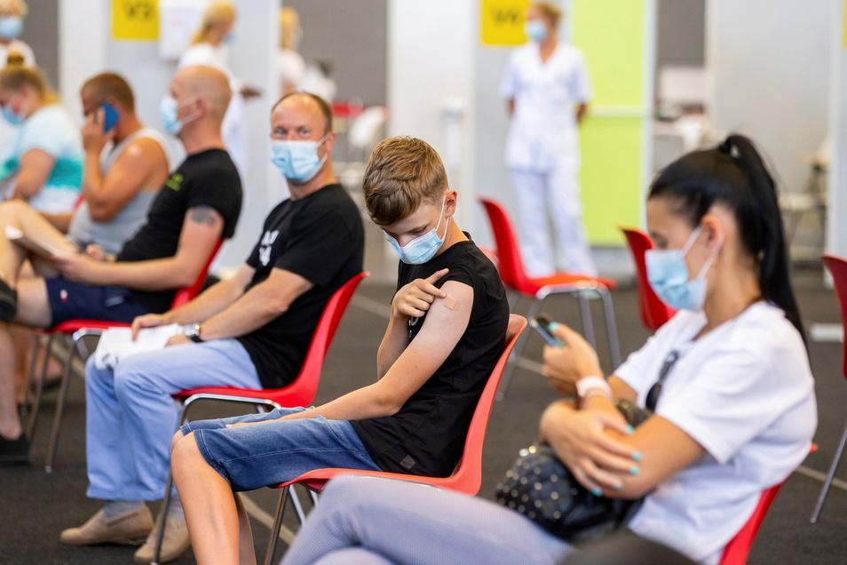 Noch sind in Dresden nur wenige Kinder und Jugendliche geimpft. Damit die Schulen nicht erneute schließen müssen, soll sich das ändern.