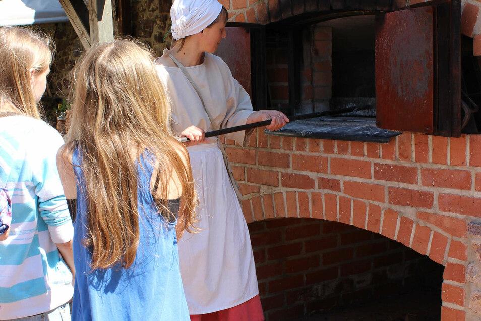 Alles zum Thema Brot erfahren Interessierte von der Küchenmagd auf Burg Mildenstein.