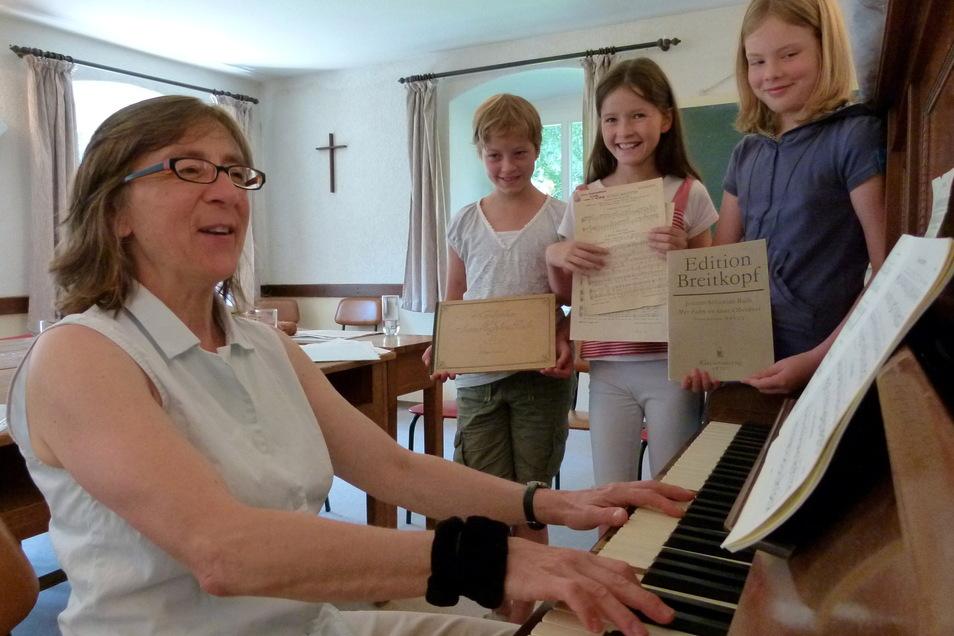 Kreiskantorin Ulrike Scheytt hat in ihrer Görlitzer Zeit mit vielen Kindern und Chören geprobt und einigen das Orgelspiel beigebracht.