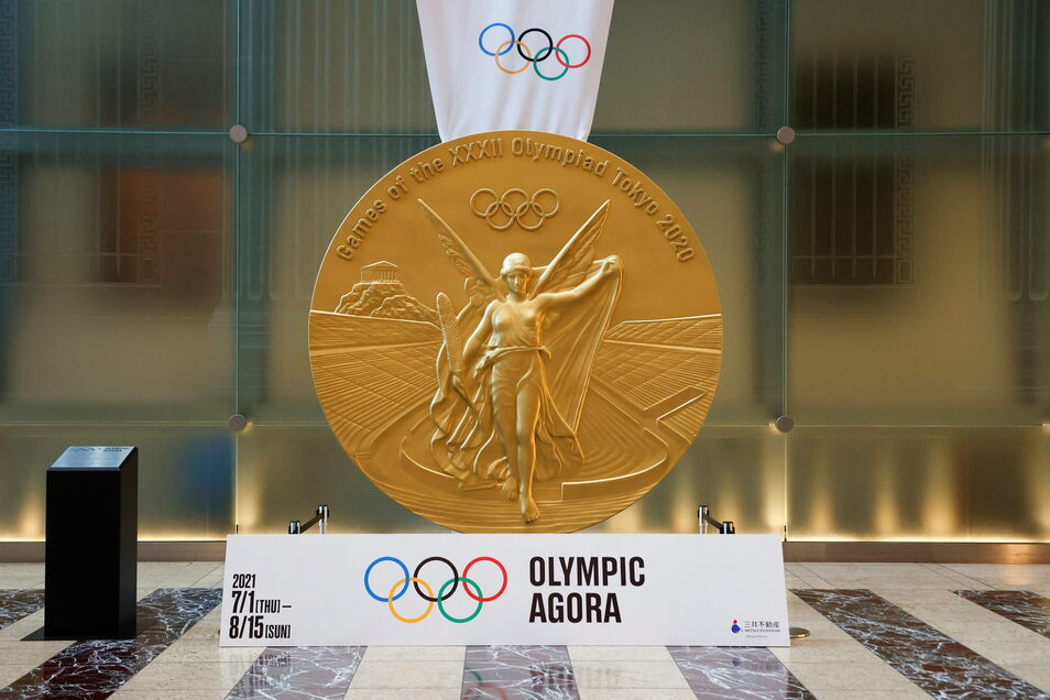 Eine großformatige Reproduktion der Medaille von Tokio 2020 wird im historischen Stadtteil Nihonbashi ausgestellt. Die Exemplare für die Sportler sind kleiner - und 470 Euro wert.