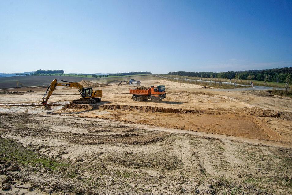 Tonnen an Erde müssen an der B 98 bewegt werden, um die Fläche für die geplante Erweiterung des Gewerbegebiets zu begradigen.