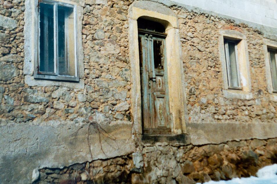 So sah das Haus aus, als es Thomas und Katharina Kucharek 2003 kauften. Reste der vermutlich Anfang der 90er-Jahre weggerissen Rampe sind noch zu erkennen. Ein Teilstück wurde wieder hergestellt.