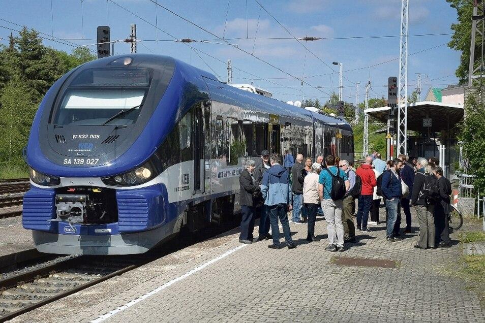"""Der """"Schienen-Hai"""" auf dem Döbelner Hauptbahnhof. Rund 150 Leute sind mit dem Sonderzug der Grünen zwischen Döbeln und Meißen gependelt."""