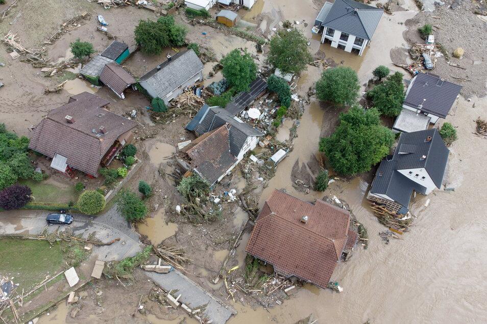 Weitgehend zerstört und überflutet ist das Dorf Insul in Rheinland-Pfalz nach massiven Regenfällen (Luftaufnahme mit Drohne).