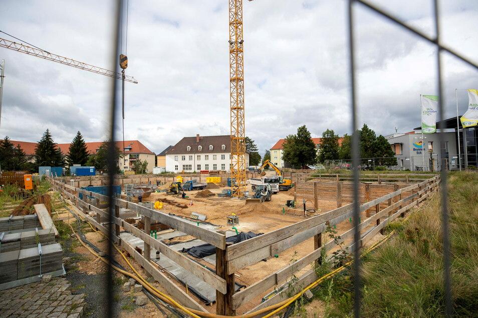 Die Baustelle von Heidenaus Neuer Mitte an der Bahnhofstraße wächst langsam in die Höhe.