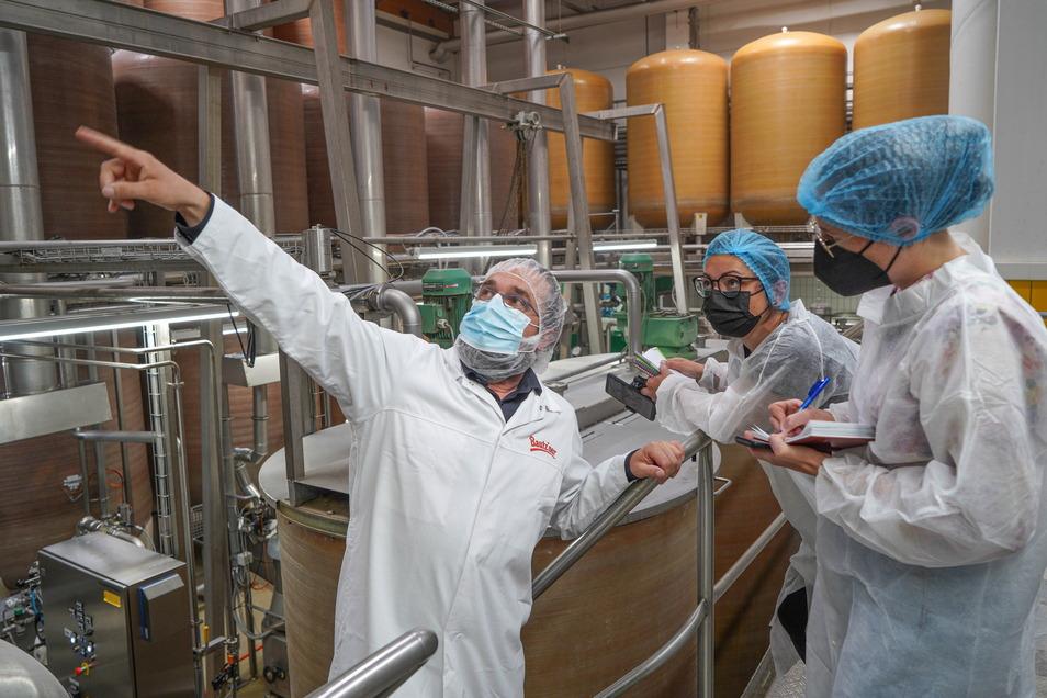 Bautz'ner-Werkleiter Michael Bischof zeigt den SZ-Reporterinnen die Senf-Herstellung. Das Unternehmen setzt auf Nachhaltigkeit und produziert klimaneutral.