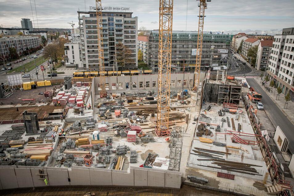 Klaffte dort im Mai noch eine Baugrube, so sind jetzt schon die ersten Wände des Erdgeschosses der Annenhöfe zu sehen. 2022 soll dieser Neubau am Postplatz fertig werden.