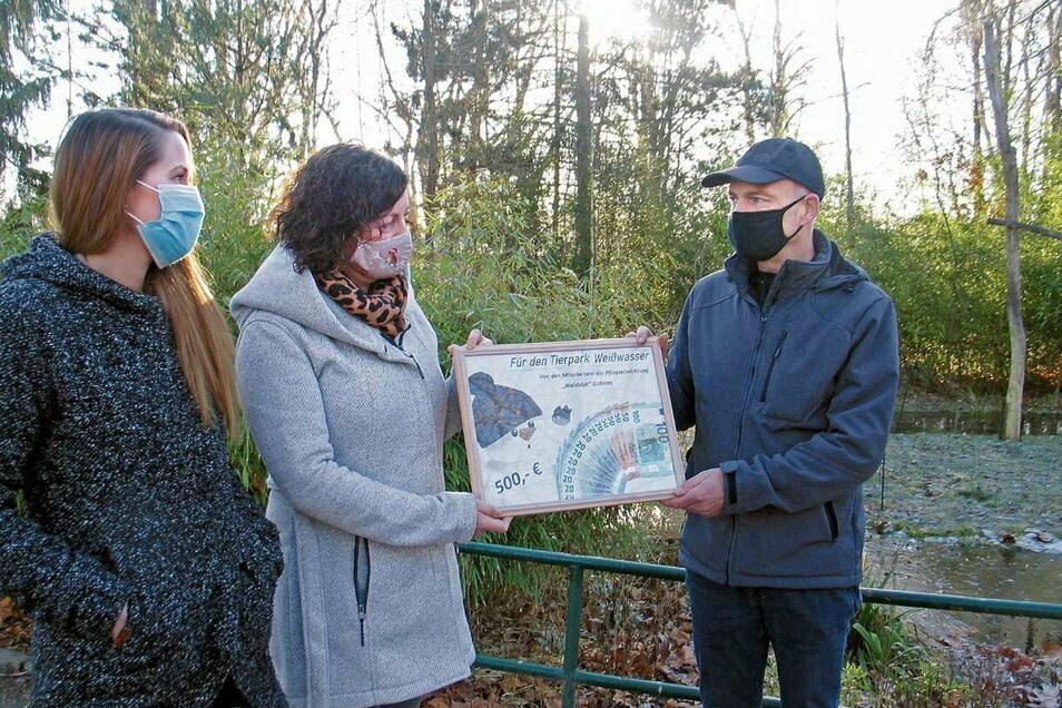 """Maria Hasse und Diana Ganick vom Pflegeheim """"Waldidyll"""" Gablenz überreichen Tierparkleiter Gert Emmrich (v.li.) eine Spende über 500 Euro."""