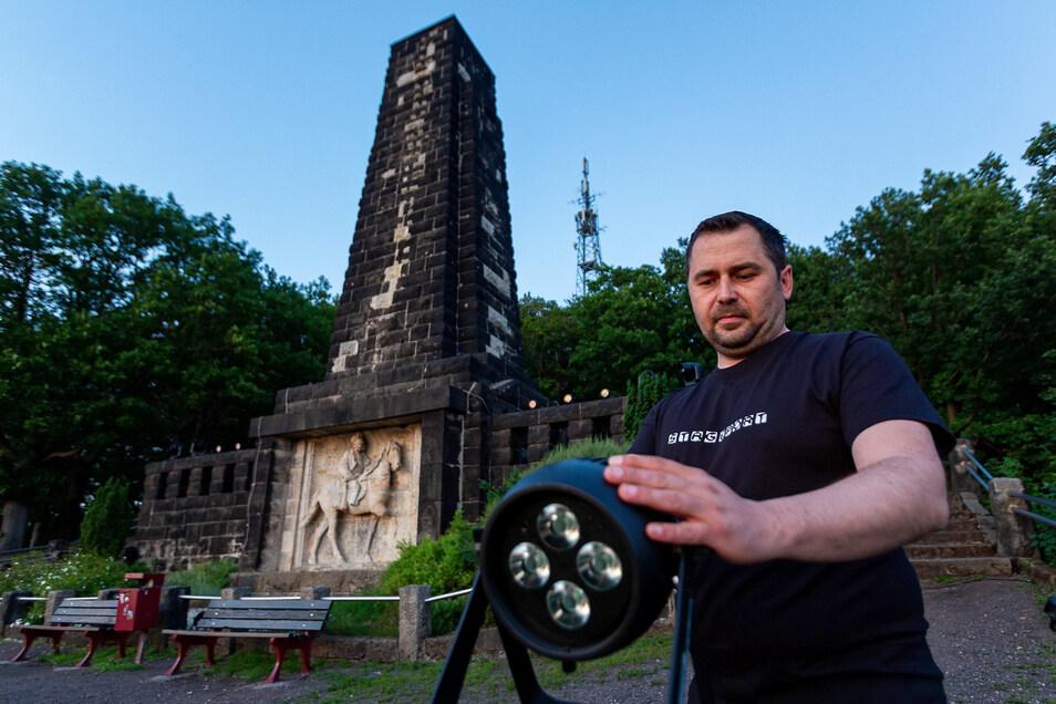 Erleuchtung des Windbergdenkmals in Freital: Torsten Hausdorf und seine Mitarbeiter der Firma Stageport,haben am Montag die Technik aufgebaut.
