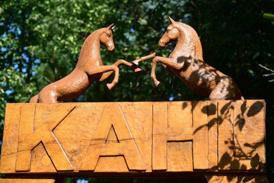 Die beiden Pferde versinnbildlichen sowohl die Liebe der Kahls zu den Tieren, die immer auch in den Stücken zu spüren war, als auch die beiden Brüder selbst.