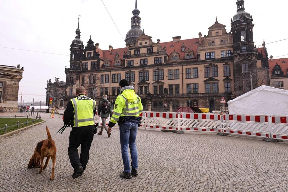 Mit Hunden untersuchten Dresdner Polizisten am Mittwoch den Platz vor dem Grünen Gewölbe.
