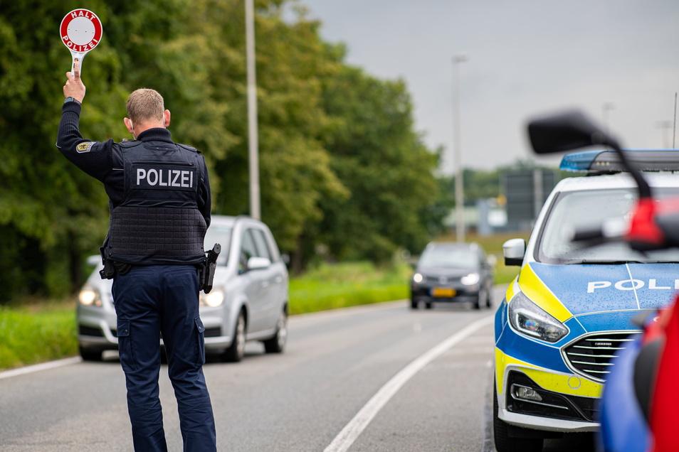 Bundespolizisten haben in Sachsen erneut eingeschleuste Flüchtlinge aufgegriffen.