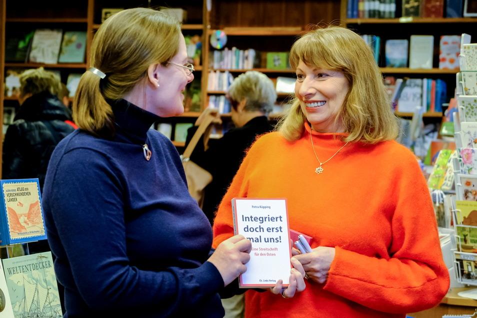 Petra Köpping (rechts) stellte ihr Buch bereits in der Radebeuler Buchhandlung von Ute Sauermann (links) vor.