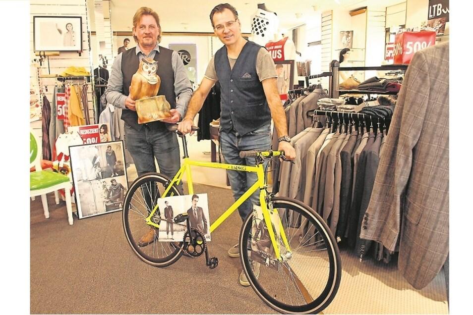 Jörg Lübben (links) und Rico Ritter präsentieren das zu versteigernde Fahrrad.
