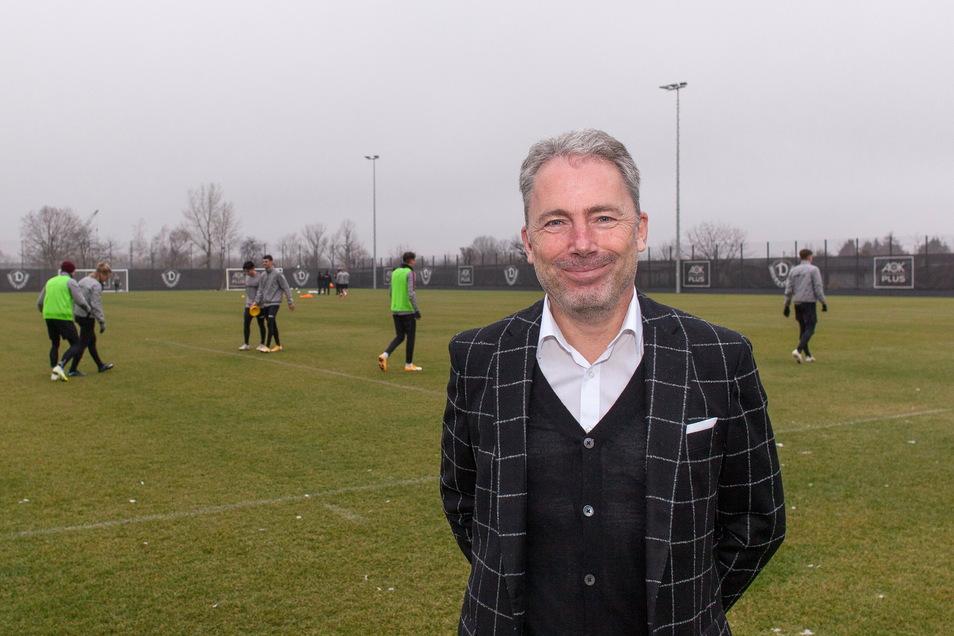 Jürgen Wehlend schaut kurz beim Training der Dynamo-Profis zu. Als der neue kaufmännische Geschäftsführer verfolgt er mit Sportchef Ralf Becker ein gemeinsames Ziel.