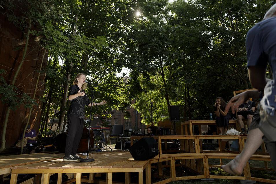 Autoren wie Anna Hader aus Wien traten auf der neu gebauten hölzernen Spoken-Word-Bühne in der Rabryka auf.