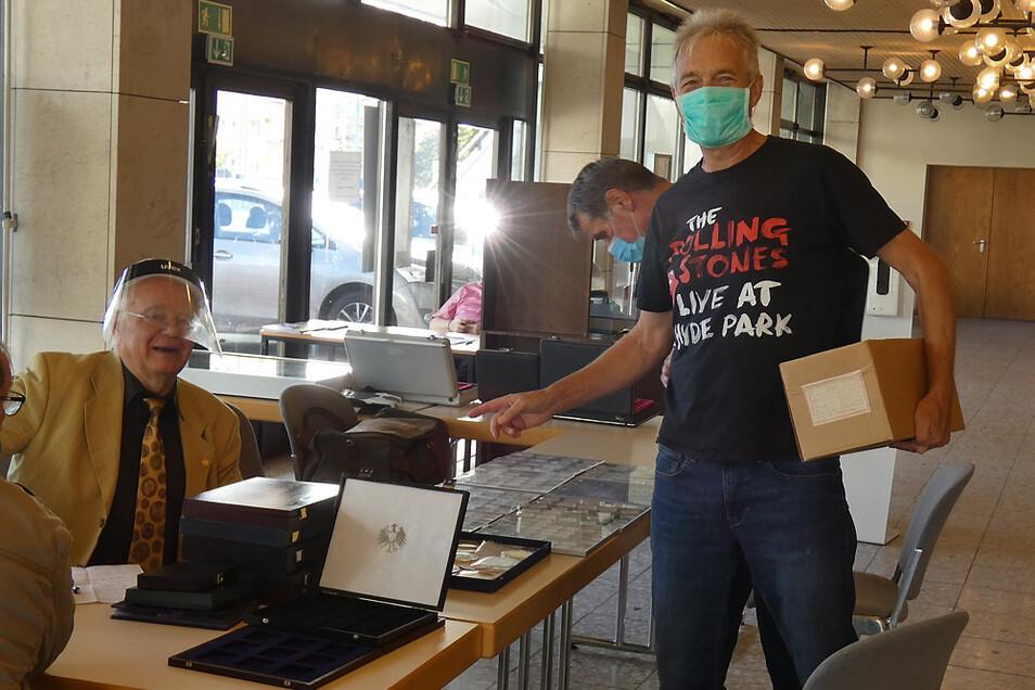 Numismatiker-Präsident Wilfried Duy (links) und Börsengast Manfred Grüneberg mit einer Kiste Ehrenmedaillen aus dem BKW Welzow. Die wurden nie ausgereicht, zierten keine Arbeiterbrust.