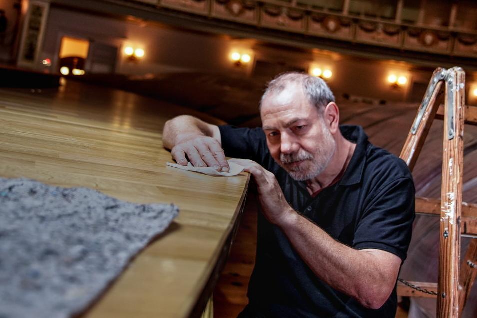Gerd Kleditzsch bei den letzten Arbeiten am Orchestergraben. Der Parkettlegemeister aus dem Erzgebirge hat dort den Belag erneuert.