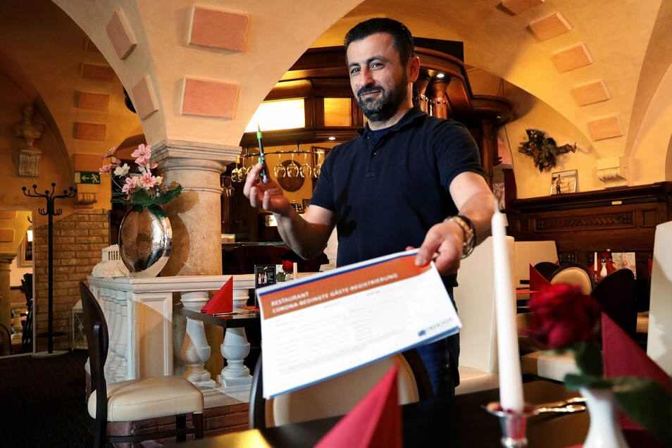 """Niko Tsoulfas vom griechischen Restaurant """"Kreta"""" in Riesa mit den vorbereiteten Listen. Foto: Sebastian Schultz"""