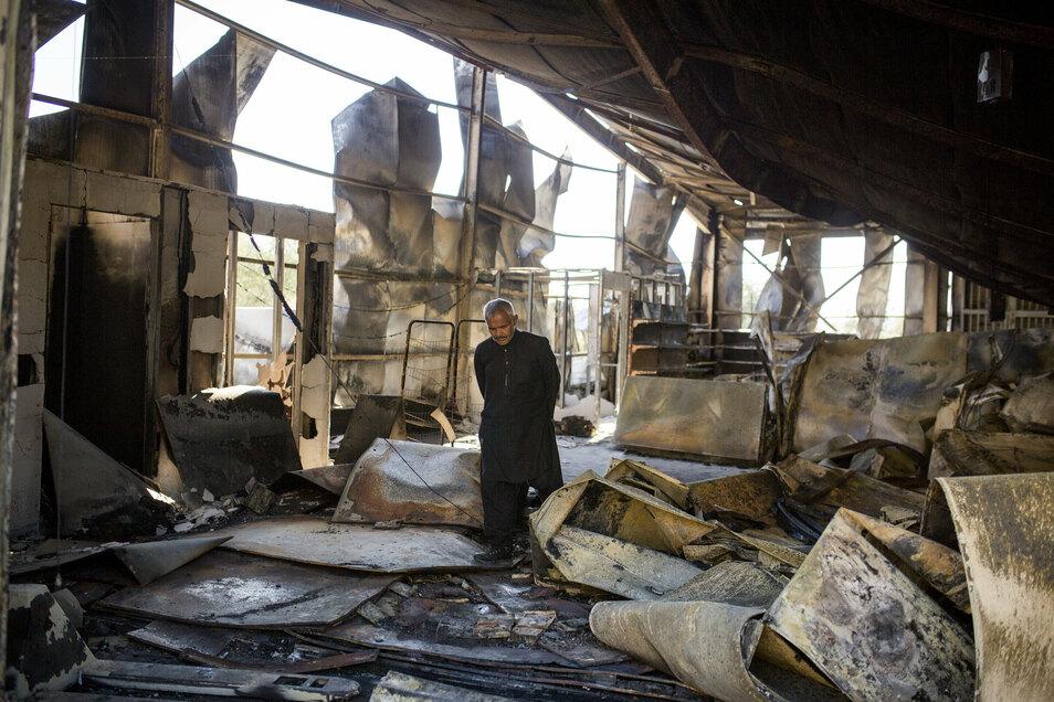 Ein Mann geht zwischen den Überresten des ausgebrannten Flüchtlingslagers Moria umher. Mehrere Brände haben das Lager fast vollständig zerstört.