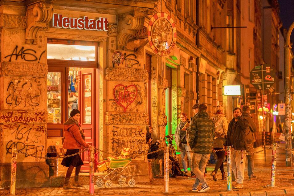 """Auch als """"Assi-Eck"""" ist sie bekannt, die Kreuzung in der Dresdner Neustadt zwischen Rothenburger, Görlitzer- und Louisenstraße. Ein beliebter Treffpunkt für Bier und lange Nächte."""