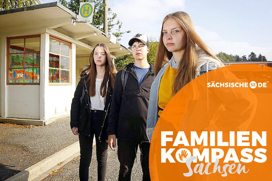 Lena, Susann und Selina (v. l.) sind frustriert, wenn sie an ihren Schulweg denken. Denn die Busverbindung von Oßling nach Lieske passt oft nicht zu den Unterrichtszeiten.