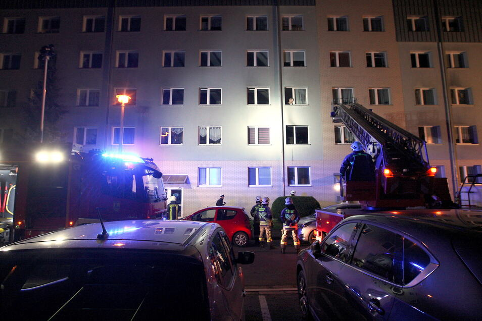 Feuerwehreinsatz am Sonntagabend in Heidenau. Zunächst war unklar, wieso das Feuer ausbrach.