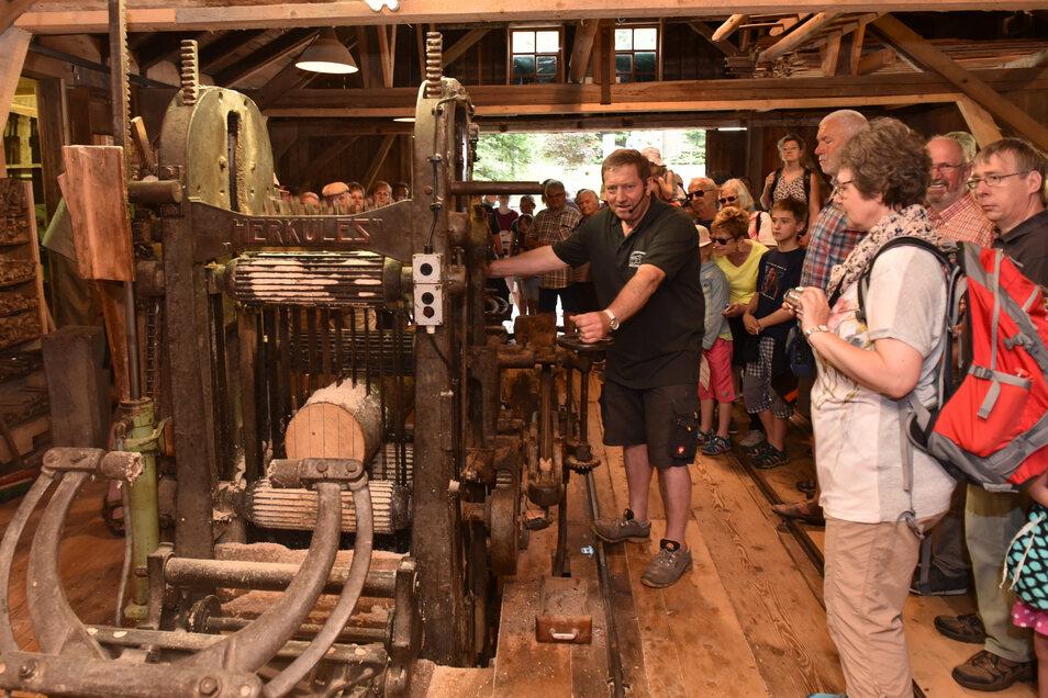 So dicht wie hier im vergangenen Jahr dürfen sich die Besucher am Pfingstmontag auf keinen Fall in der Herklotzmühle in Seyde drängen. Aber Matthias Herklotz (an der Maschine) und der Förderverein öffnen trotz Corona ihr technisches Denkmal.