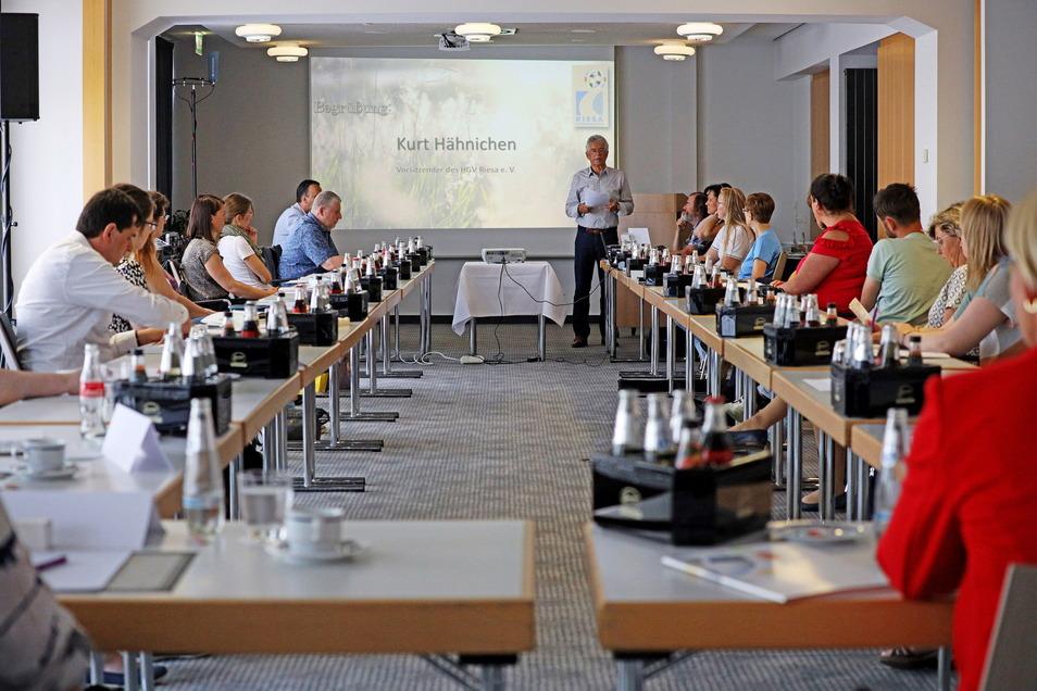 Ein echtes Treffen, nicht nur online: An extra langen Tischen trafen sich im Riesaer Hotel Mercure Vertreter zahlreicher Gemeinden, um gemeinsame Tourismus-Angebote abzustimmen.