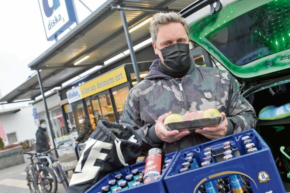 Einer der ersten Kunden des diska-Supermarktes an der Saschowawiese war Dierk Himpel. Auch ihn freut es, dass es damit wieder einen Lebensmittelmarkt vor Ort gibt.