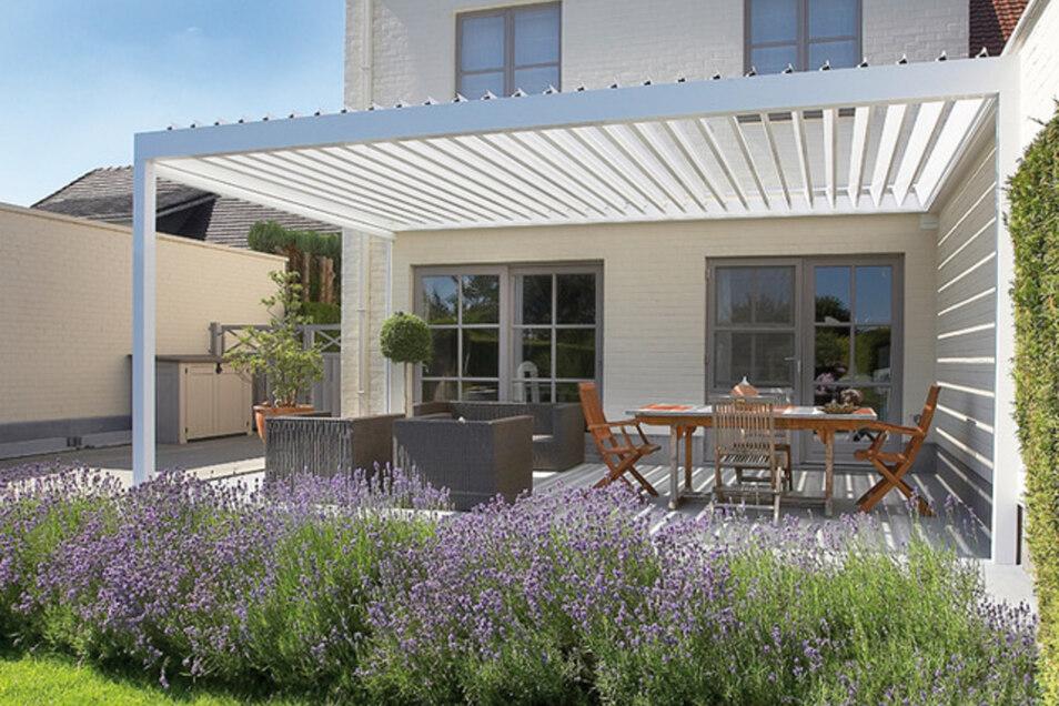 Das weiße Lamellendach weckt Urlaubsgefühle im eigenen Garten. Foto: PR