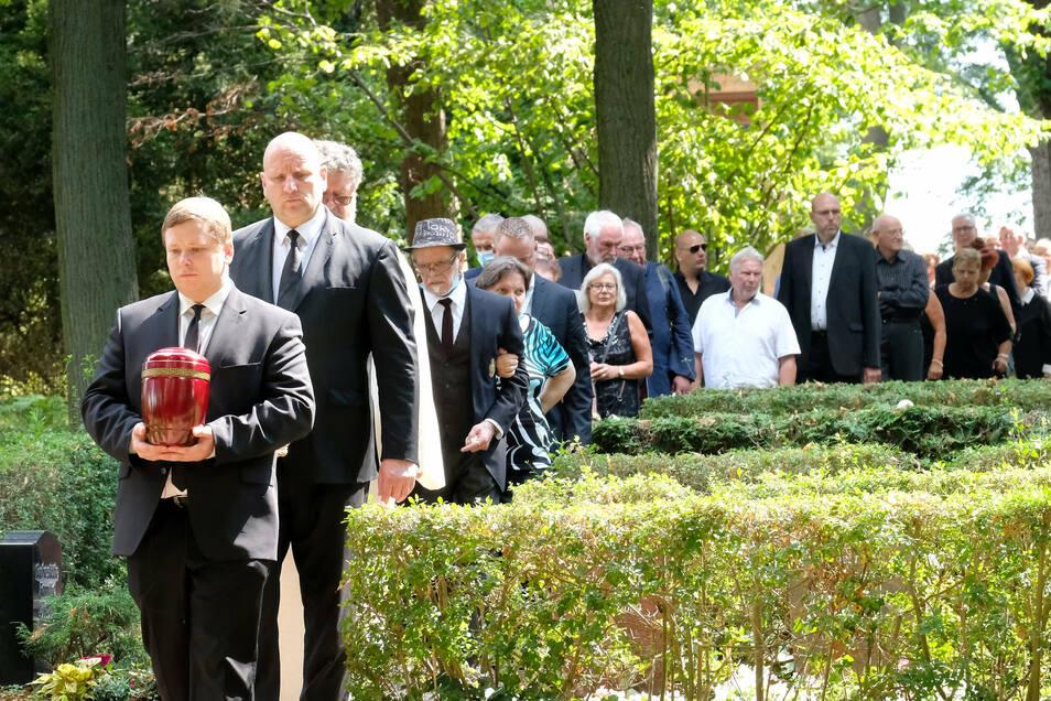 Zahlreiche Helfer sorgten für eine würdige Urnenbeisetzung von Bernd Warkus in Meißen.