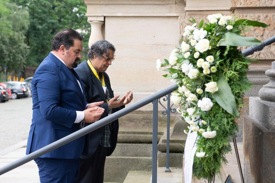 Aiman Mazyek (l), Vorsitzender des Zentralrats der Muslime in Deutschland, steht während der Gedenkveranstaltung für Marwa El-Sherbini neben Hussein Hasham Jinah, Vorsitzender des Integrations- und Ausländerbeirats der Stadt Dresden.
