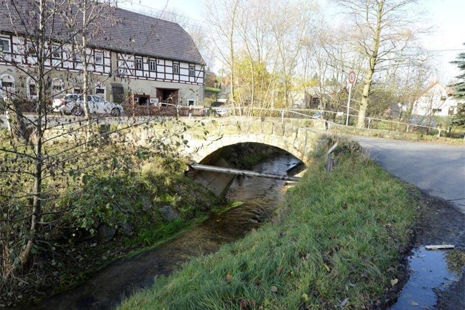 Dafür bleibt die Bogenbrücke ein Stück weiter unten am Bach in ihrer historischen Form erhalten. Hier gilt aber künftig eine Tonnagebegrenzung. Lkws können hier nicht mehr drüberfahren.
