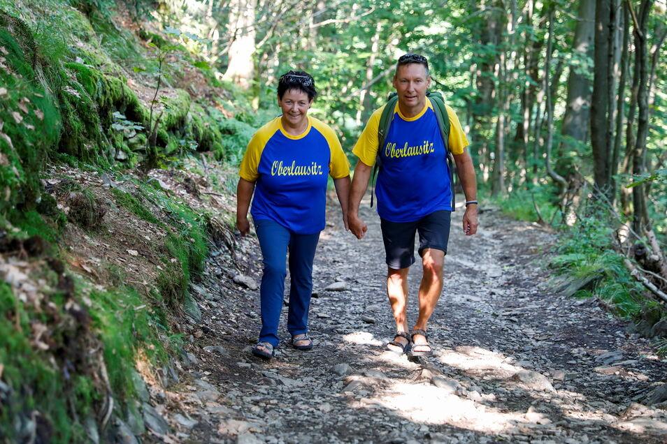 Stolze Oberlausitzer: Diese beiden Wanderer tragen auf dem Weg zum Lauschegipfel die Farben der Oberlausitz.