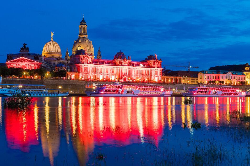In rotes Licht gehüllt ist die Brühlsche Terrasse in Dresden.