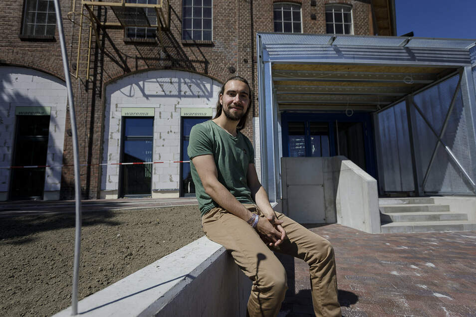 Christian Thomas vom Verein Second Attempt sitzt vor dem künftigen Jugendzentrum auf dem Gelände des früheren Waggonbau-Werkes I.