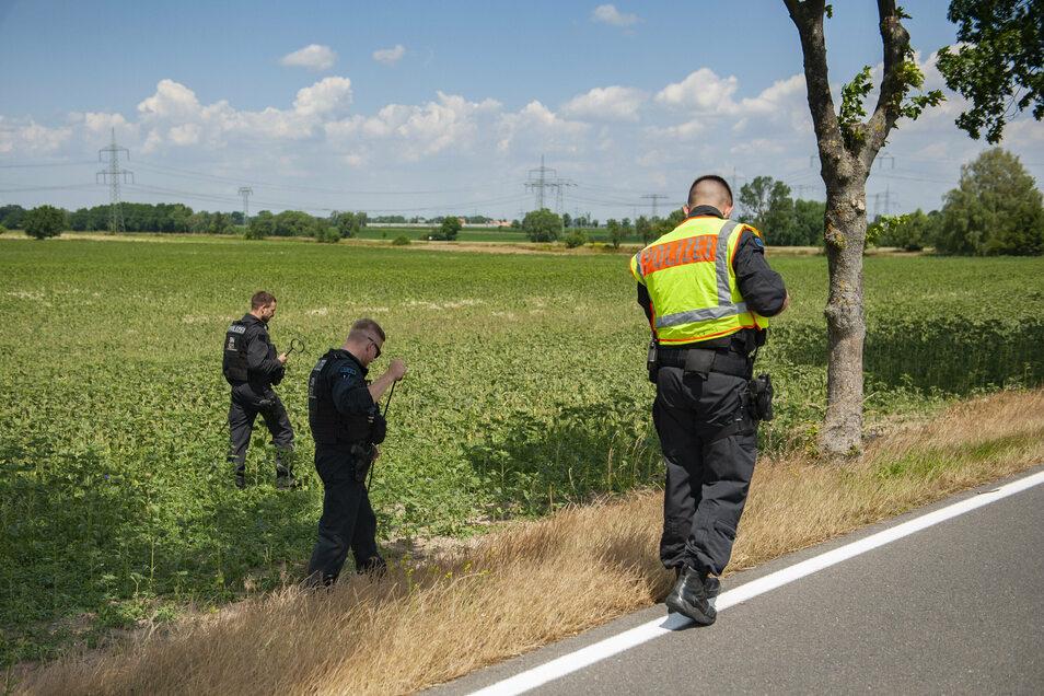 Ermittler suchen im Juni 2020 zwischen Medessen und Zottewitz nach Spuren eines Tötungsdelikts - nun wird wegen des Verdachts auf gemeinschaftlichen Mord ermittelt.