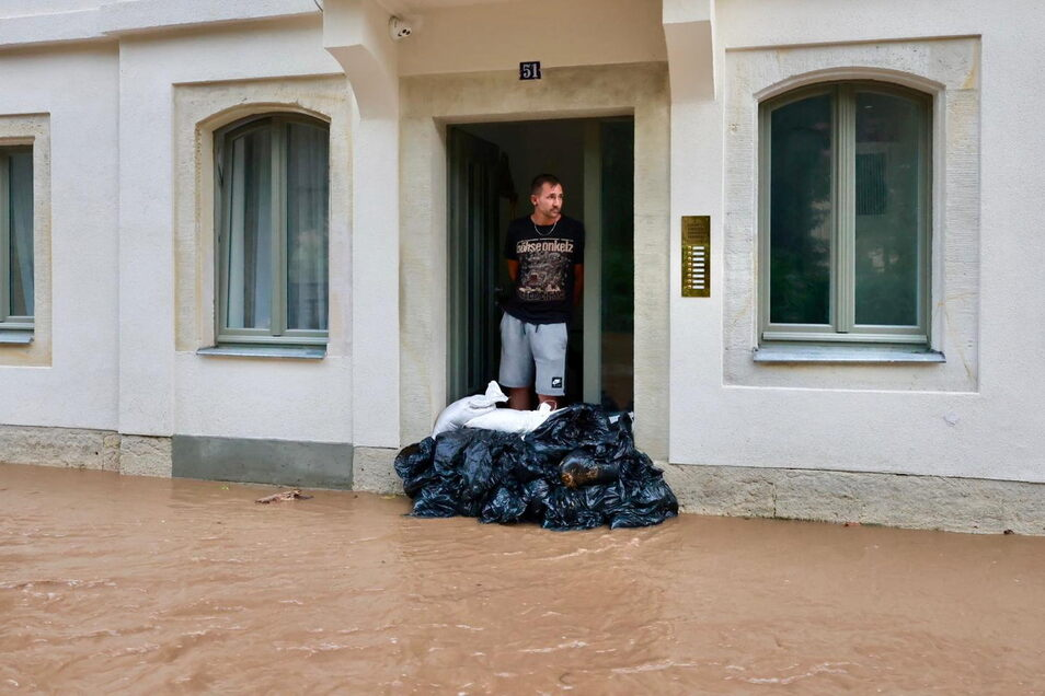 Urlauber Jano Neubauer (33) Nauen Havelland hat in Schandau Sandsäcke gestapelt.