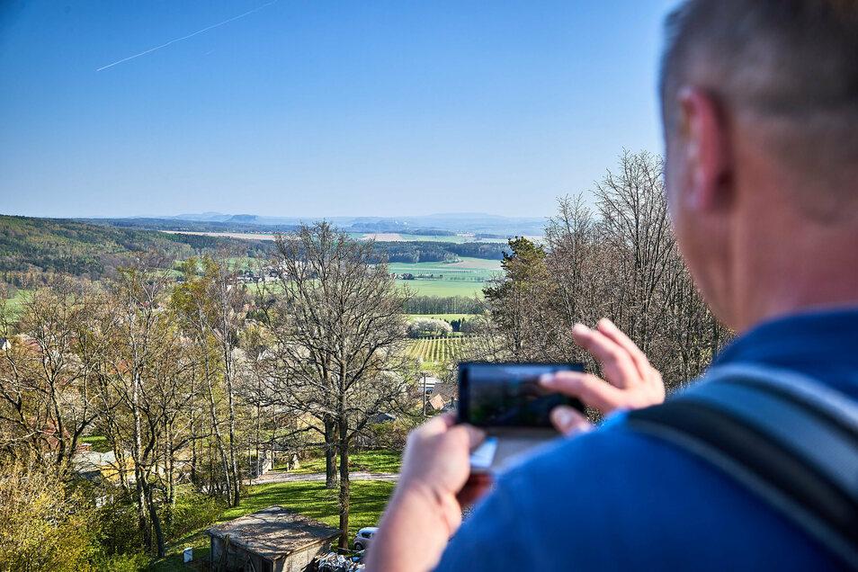 Vom Turm des Belvedere Schöne Höhe kann man weit ins Land schauen.