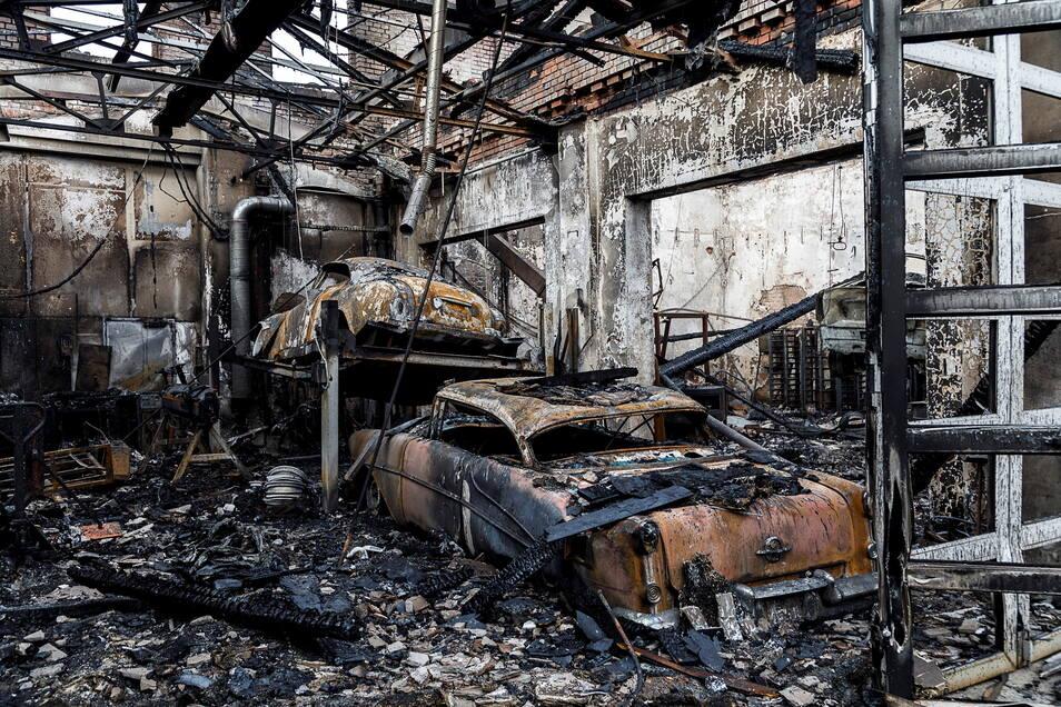 Der große Zentralbau des Gewerbeparkes brannte völlig aus.