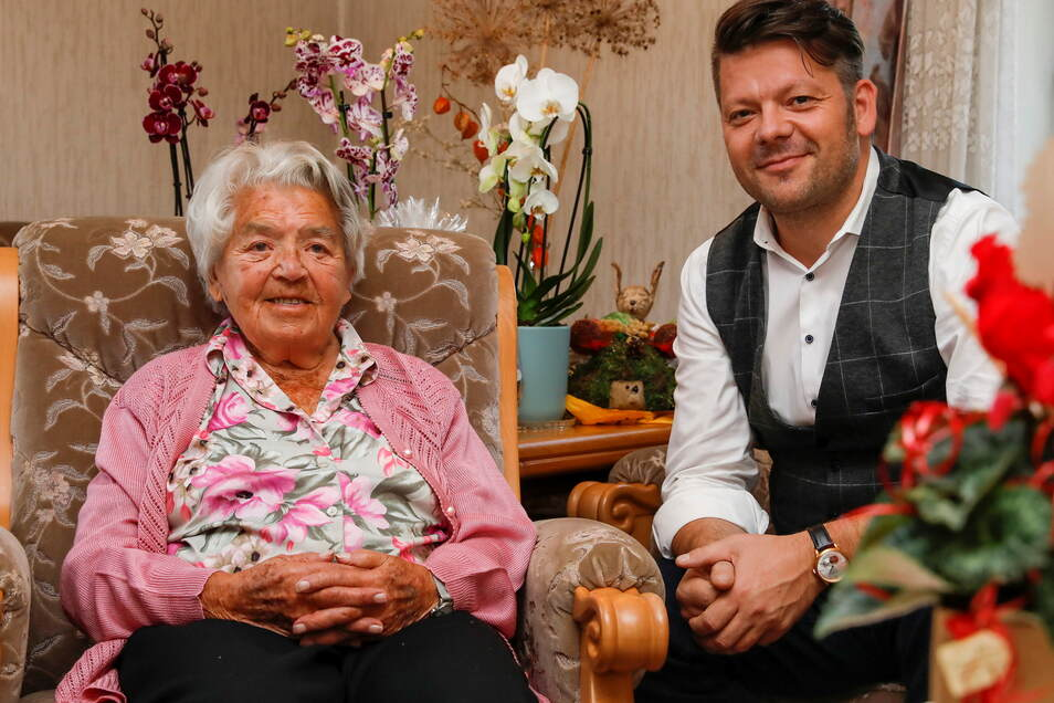 Brunhilde Wagner bekam zum Geburtstag Besuch OB Thomas Zenker.